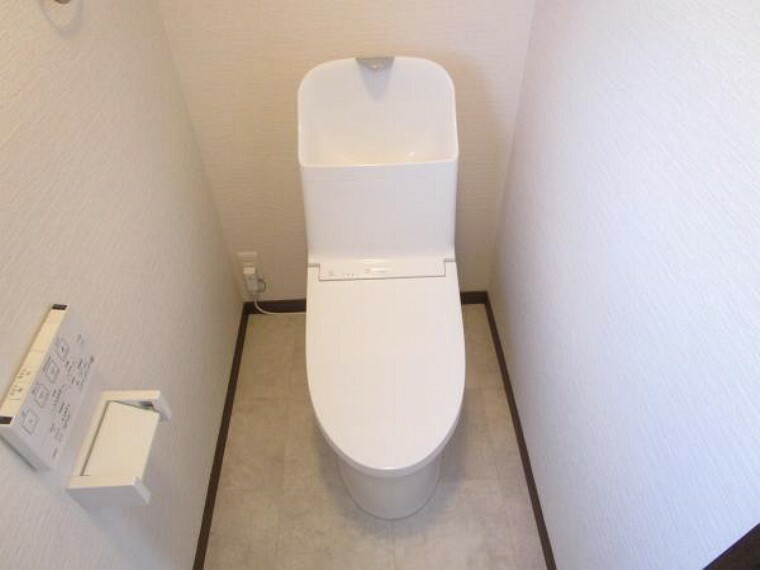 トイレ 【リフォーム済】TOTO製の温水洗浄便座トイレに新品に交換しました。壁・天井のクロスを張り替えて、清潔感溢れる空間になりました。直接お肌に触れる部分なので、新品だと嬉しいですね。