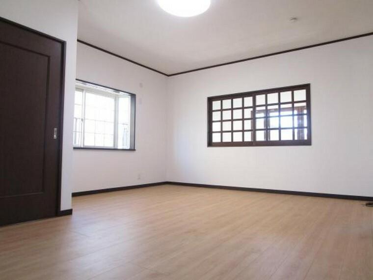 【リフォーム済】2階東側約11帖の洋室はフローリング床、天井・壁クロスを張り替えました。備え付けクローゼットもあり、お部屋を広く使えます。