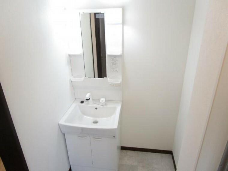 洗面化粧台 【リフォーム済】ハウステックの洗面ボールは、使いやすいスクエアタイプで傷つきにく、両端には小物を置くスペースもあり便利。そして水栓は、シングルレバー混合栓でハンドシャワー付です。
