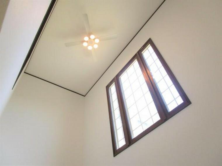 【リフォーム済】リビング吹き抜けのプロペラファン照明写真です。また全居室にLED照明を新設しています。LEDなので、消費電力が少なく、光熱費も抑えられ、家計にも優しいですね。
