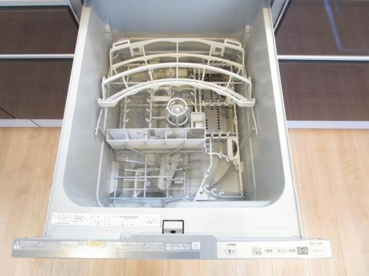 【リフォーム済】キッチンには備え付けの食洗機があります。洗い物が面倒だと感じる方も楽しく家事ができ、新生活が楽しくなりますね。