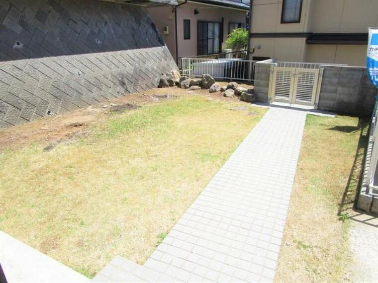 外観写真 【リフォーム済】お庭の写真です。庭木を撤去し使いやすいお庭に仕上げました。門も新品に交換しております。