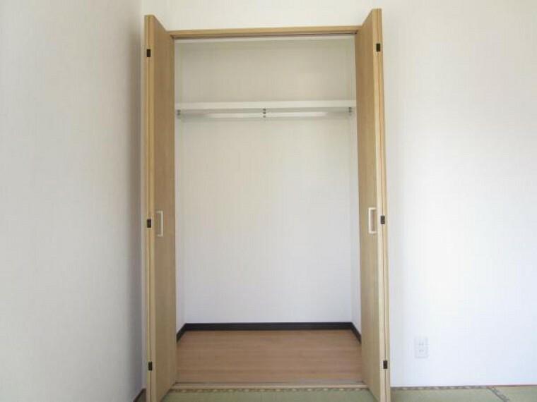 収納 【リフォーム済】一階和室には備え付けのクローゼットがあります。枕棚ポールも付いていますので使い勝手が良いですね。
