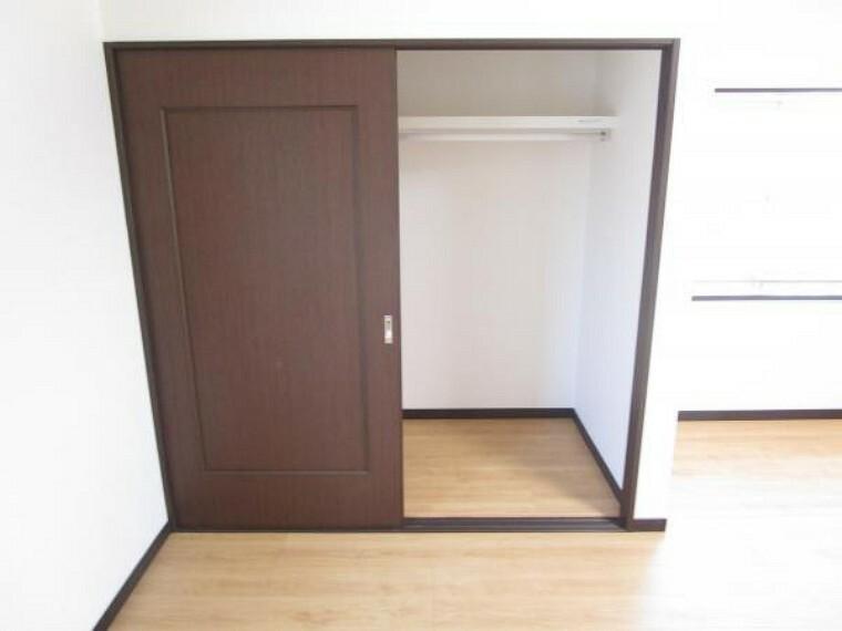収納 【リフォーム済】二階洋室約11帖には一軒分の備え付けのクローゼットがあります。奥行もあり、収納力が高いですね。