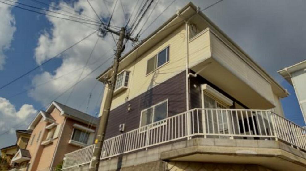 外観写真 【外観写真】擁壁下から見たお家の写真です。雨樋や雨戸など、細かなところまで塗装しているので、真新しい外見です。