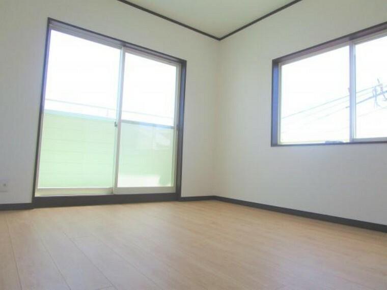 【リフォーム済】2階南西側約4.5帖の洋室はフローリング床、天井・壁クロスを張り替えました。バルコニーにも面して日当たりも良いです。