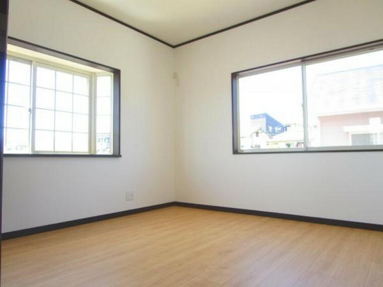 【リフォーム済】2階北西側約4.5帖の洋室はフローリング床、天井・壁クロスを張り替えました。備え付けクローゼットもあります。子供部屋にするのもいいですね。