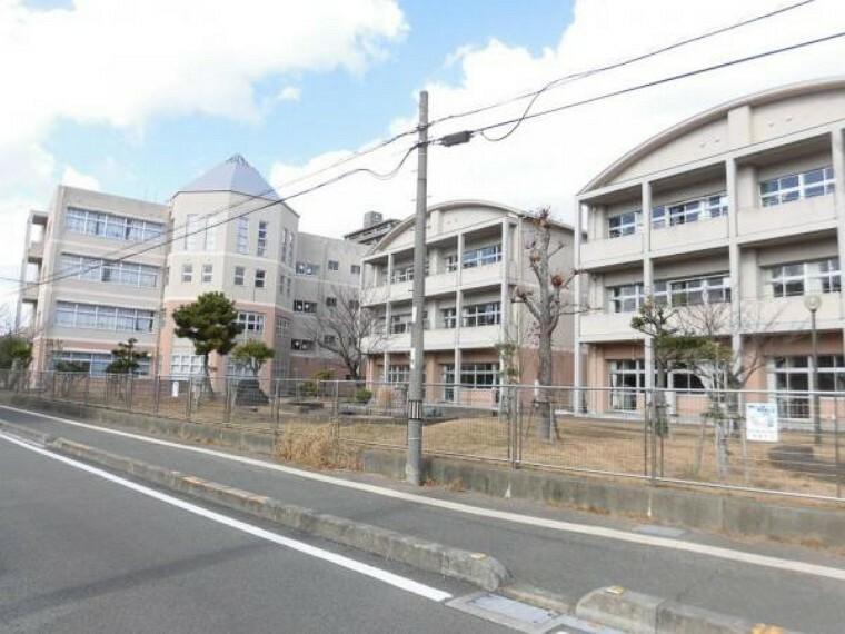 中学校 徳島中学校まで800m徒歩10分。部活帰りで遅くなっても安心して買えれる距離ですね。