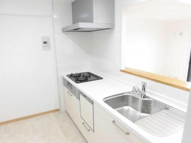 キッチン (リフォーム後)キッチンは永大産業製の新品に交換しました。水はねを抑える静音シンクを標準採用。食器洗浄機付きなので、家事が少し楽になりますよ。