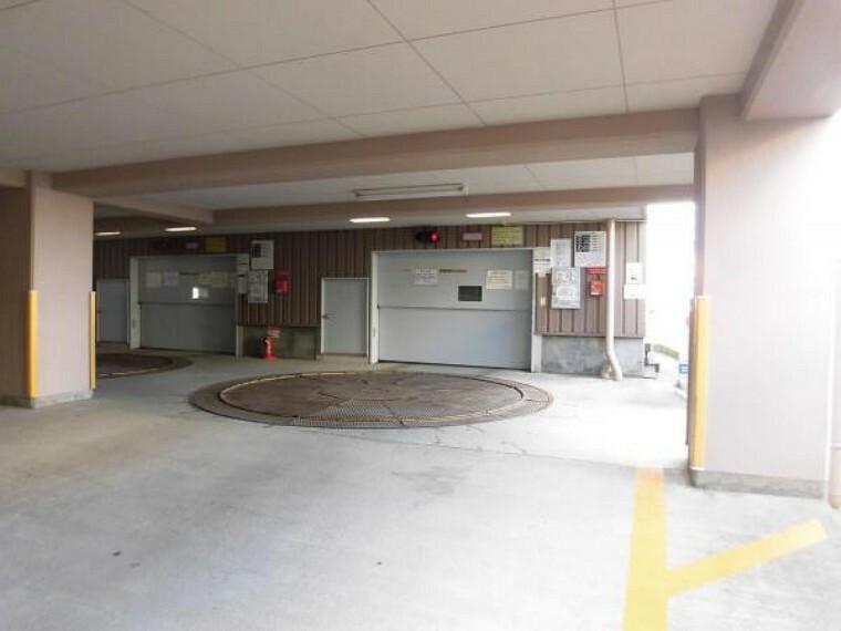 駐車場 敷地内には機械式駐車場があります。月額1台目10000円、2台目以降は5000円で駐車可能です。2021年2月時点で36区画空きあり。駐車可能なサイズに制限があります。