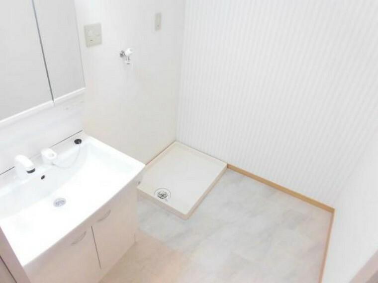 洗面化粧台 (リフォーム後)洗面室はクロスと床の貼替と洗面台の交換、洗濯パン・洗濯水栓の交換をしました。明るい洗面室ですよ。