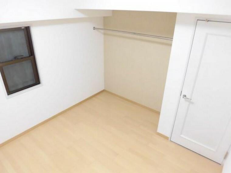 (リフォーム後)洋室約5帖はフローリングとクロスの張替えをしました。収納スペースがあり、エアコン設置可能な居室です。