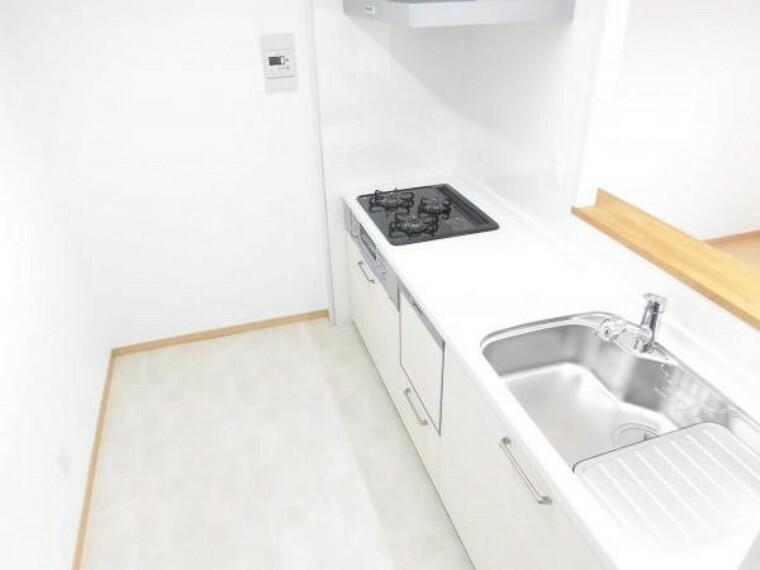 キッチン (リフォーム後)キッチンは対面キッチン仕様でキッチンの背面には冷蔵庫・食器棚が置けるスペースがあります。キッチン交換と内装貼替で清潔感のあるキッチンスペースになりました。