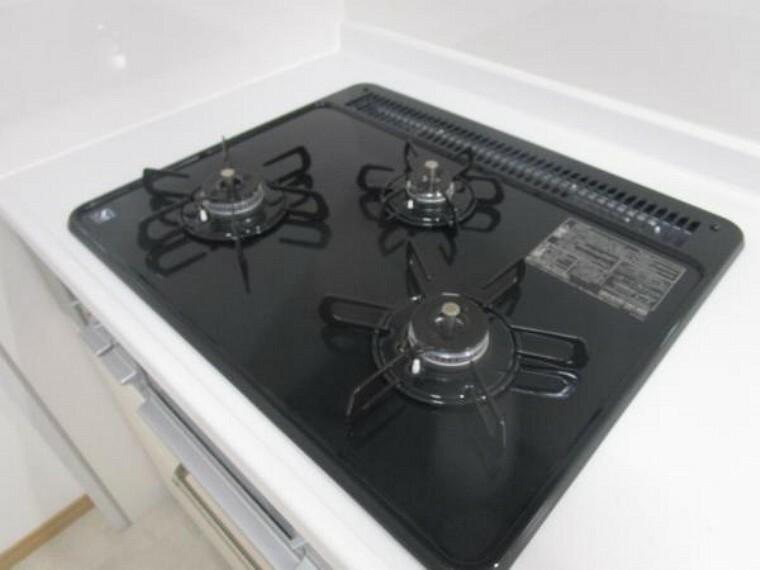 キッチン (リフォーム後)キッチンは3口コンロで同時調理が可能。大きなお鍋を置いても困らない広さです。お手入れ簡単なコンロなのでうっかり吹きこぼしてもお掃除ラクラクです。