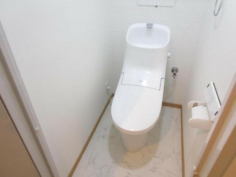 トイレ (リフォーム後)トイレはLIXIL製の温水洗浄機能付きに新品交換しました。キズや汚れが付きにくい加工が施してあるのでお手入れが簡単です。直接肌に触れるトイレは新品が嬉しいですよね。