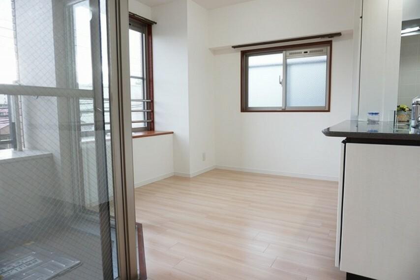 居間・リビング 独立型のダイニングスペースです。窓に面しているので明るく外の様子も見れます。