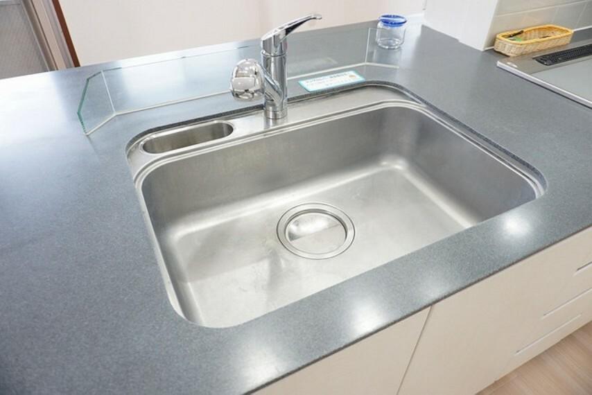 キッチン 広々としたステンレスシンクも簡単にお掃除できますよ。