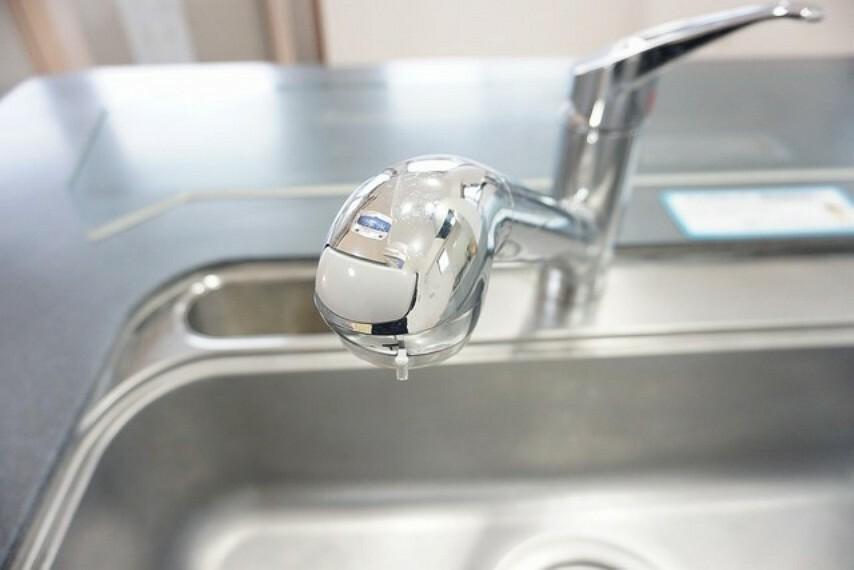 キッチン シンクの蛇口は浄水機能付シャワー水栓。蛇口に浄水器一体型になっているのでシンク回りをすっきりできます。