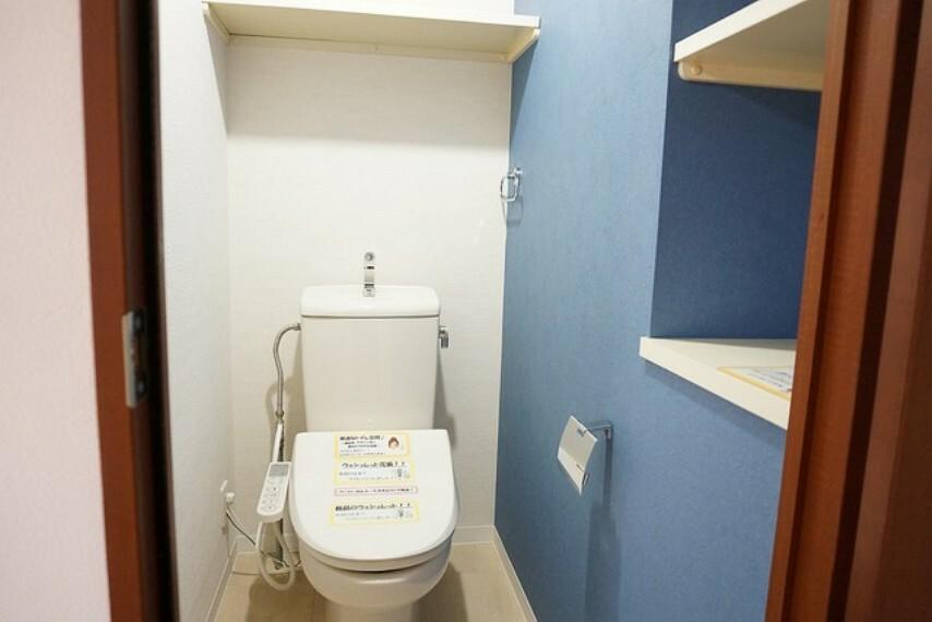 トイレ 温水洗浄機付トイレです。節水機能もあるので、安心して使えますね。収納も豊富です。