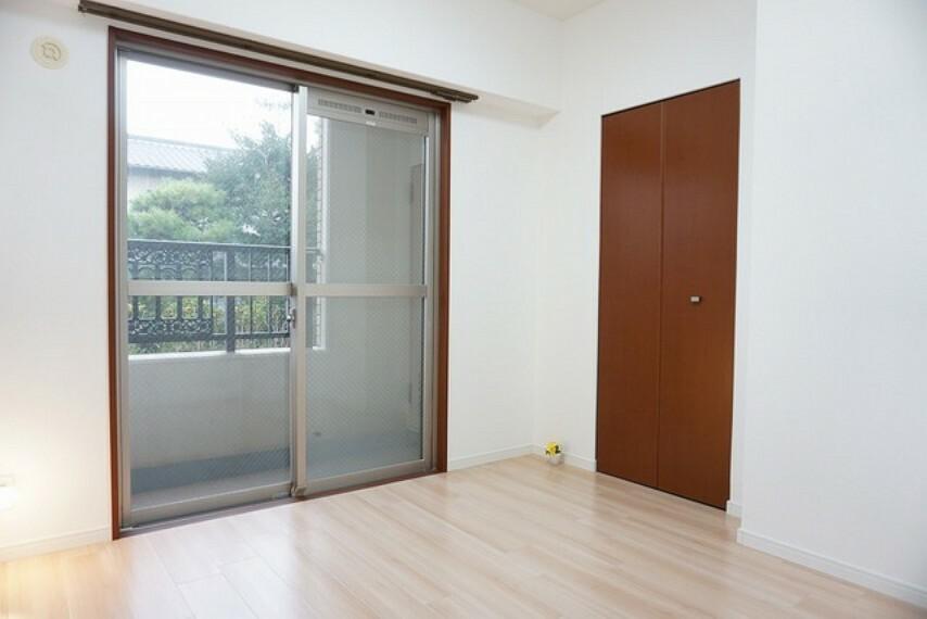 寝室 4.5帖の洋室です。子供部屋に適しています。収納もあり便利です。