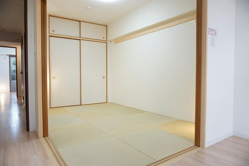居間・リビング 6畳の和室は普段はリビングとつなげて開放的なスペースとして。来客時には客間としてお使いいただけます。