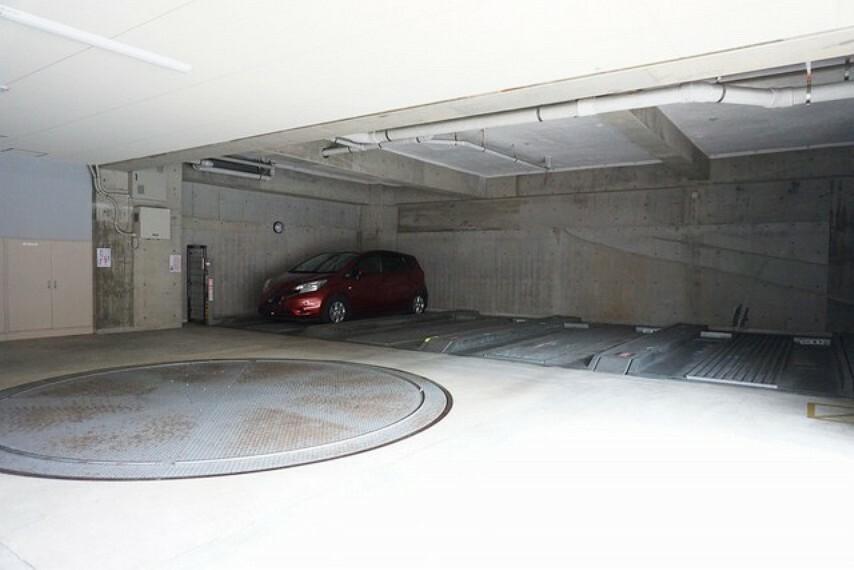 駐車場 駐車場には転車台付きの立体駐車場もあります。