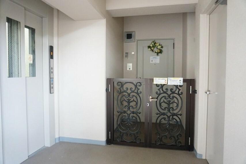 玄関 角部屋なので玄関ドアに続く玄関ポーチを完備しています。プライベートが守れたり物を置くにも便利ですね。