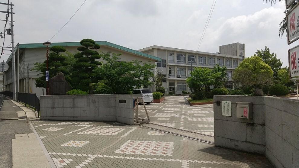 中学校 徒歩10分。1000人もの生徒数は、姫路市内中学生の約8%を占めます。姫路市の中学生のあり様に大きな影響を与え、「灘動けば姫路が動く。」と言っても過言ではありません。