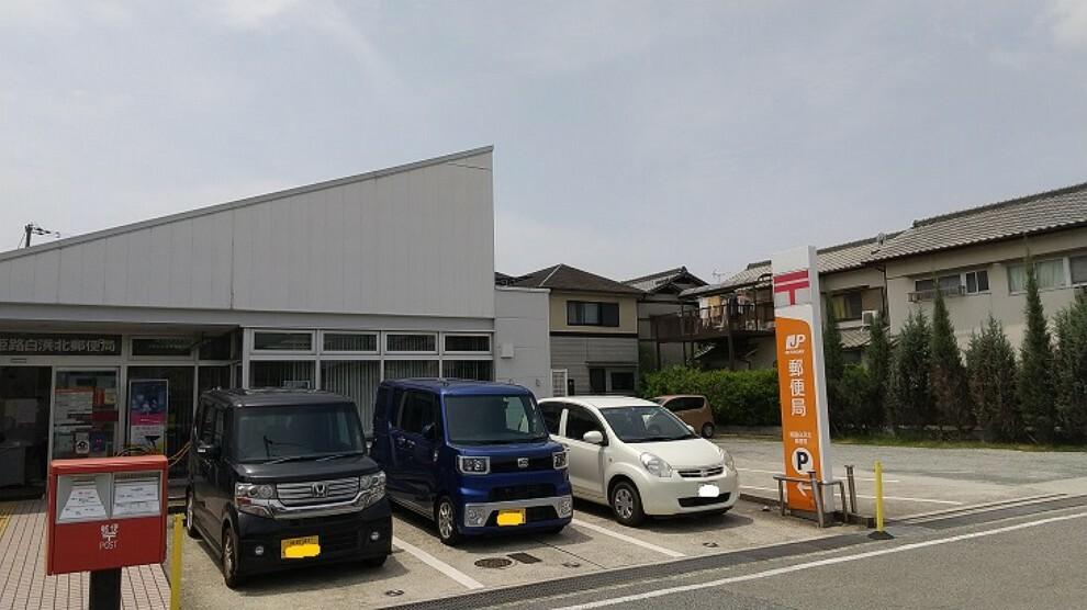 郵便局 徒歩10分。郵便窓口は平日9:00~17:00、貯金窓口は平日9:00~16:00の営業です。駐車場は7台分あります。