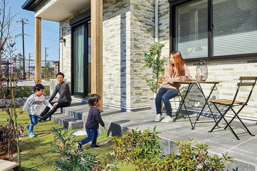 庭 【ガーデンテラス】  リビングから出られるテラス。庭先で遊ぶ子どもたちを見ながら、お茶を飲んだり、読書を楽しんでみてはいかがでしょうか。/26号棟2021年2月撮影