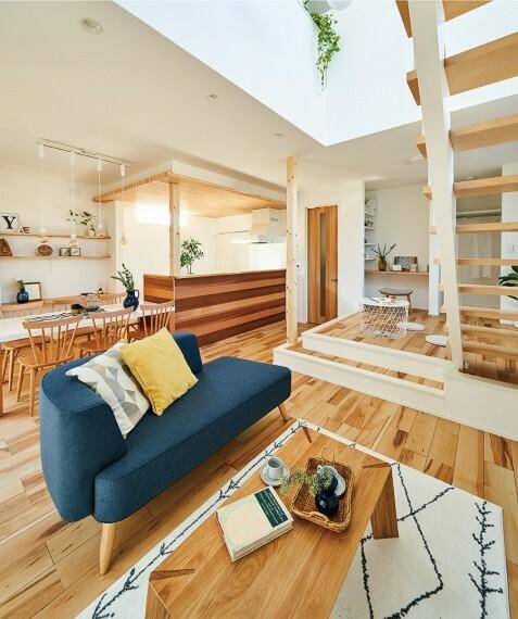 居間・リビング 【3つのモデルハウスとプラン】  モデルハウスにはリビングとつながる+αの空間を設けたり、趣味や自分の時間、在宅ワークに対応できるスペースなども設置。我が家にいる時間を豊かで心地よく満たすプランが充実。/16号棟2021年2月撮影