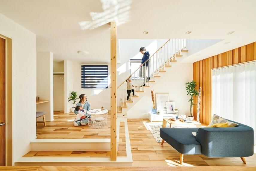 居間・リビング 【スキップフロアのある家】  軽やかに上り下りできる段差が空間に魅力的な変化を創り出すスキップフロアのある家。大きな窓に面したウッドパネルがまるで森の中にいるような空間を創り出します。/16号棟2021年2月撮影