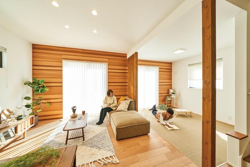 居間・リビング 【テキスタイルルームのある家】  忙しさから解放される休日は、ごろんと寝転んでゆったりとした時間を過ごす。使い方は色々。住まい手の要望に応えるテキスタイルルームのある家。/17号棟2021年2月撮影