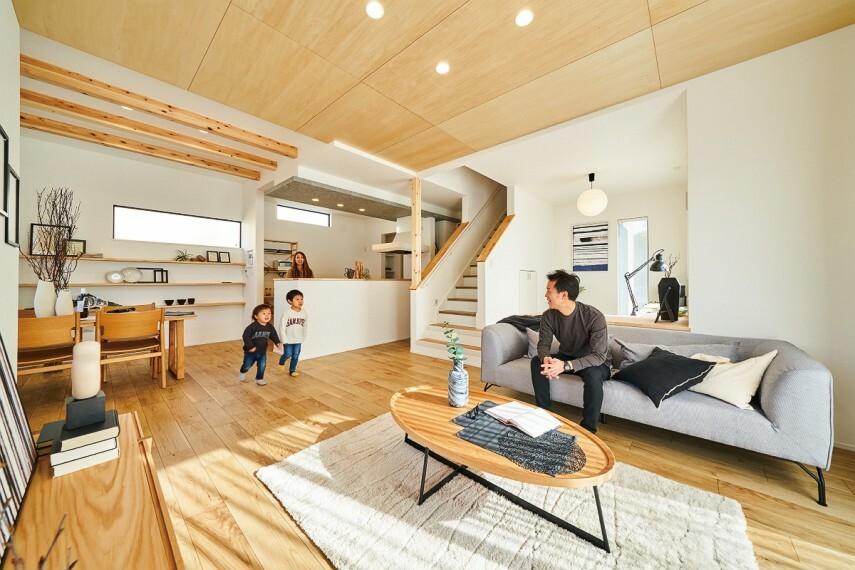 居間・リビング 【ステージリビングのある家】  ほど良い距離感で家族をつなぐステージリビングのある家。堀机カウンターを設え、半個室感覚のステージリビングが広がる空間。自分の時間も家族団らんも楽しめるプランです。/26号棟2021年2月撮影
