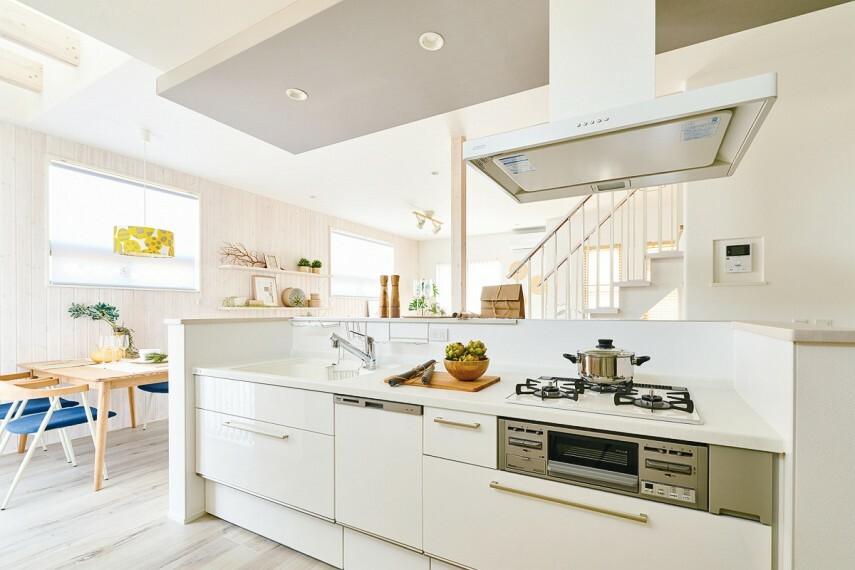 【キッチン/トクラスBb】  使いやすくてスマートに動ける家事が楽しくなるキッチン。多彩な機能で料理を楽しく、使い勝手もよく、日々の暮らしを豊かにしてくれます。見た目も美しいデザインは料理の時間をさらに心地よくします。