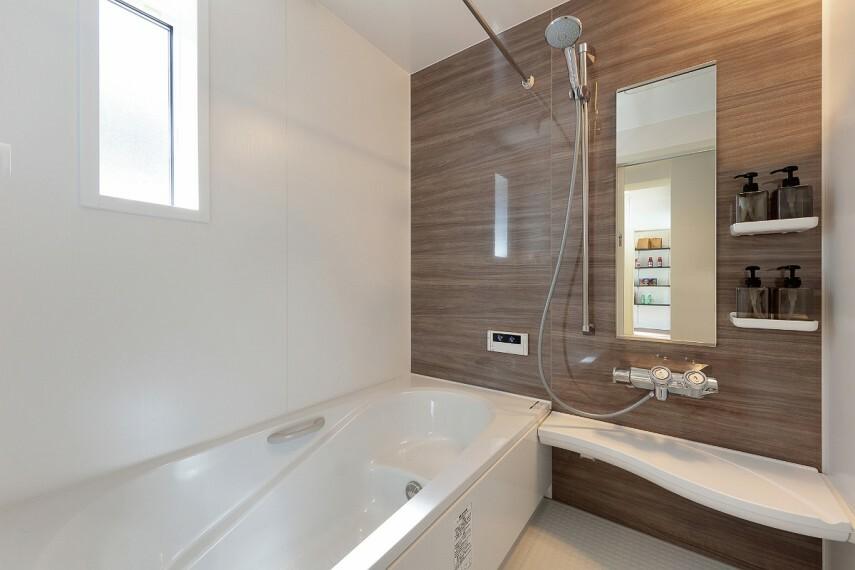 【浴室/ リクシルアライズ】  1日の疲れを癒す浴室は、いつも清潔にしていたいもの。家事の負担を減らし、家族に快適を届けることができるよう、お掃除のしやすさも考えたデザインや汚れにくい技術とアイデアで、キレイを追求したバスルームです。
