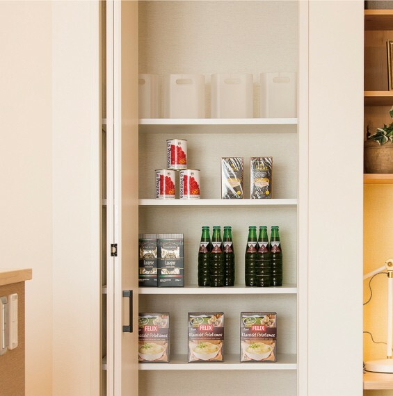【パントリー】  調味料や食材・飲料のストック、調理器具などを収納しておくことのできるパントリー。キッチン小物類で雑然としやすいキッチン廻りを、すっきり綺麗に見せることができます。