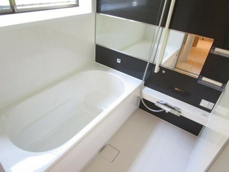 浴室 【リフォーム完了】ハウステック製ユニットバスの浴槽は、エコベンチ浴槽で全身浴と半身浴が出来、水道・光熱費を節約するエコ性能を両立させたデザインになってます。