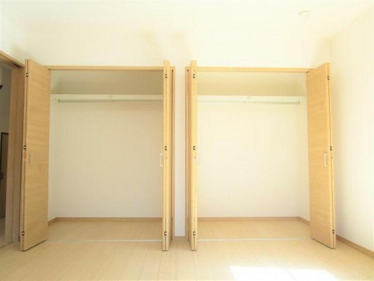 収納 【リフォーム完了】一階8帖洋室のクローゼット写真です。二軒分のクローゼットが新設されますので新生活に大助かりですね。