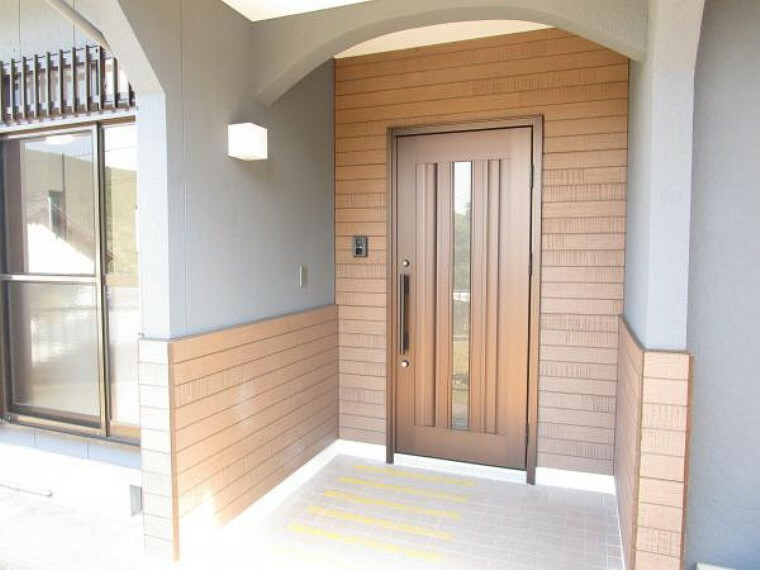 玄関 【リフォーム完了】玄関写真です。玄関扉を新品交換しています。照明も新品なので新生活に便利ですね。