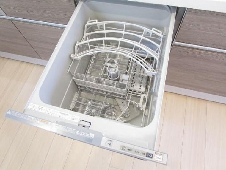 キッチン 【リフォーム完了】キッチンには備え付けの食洗器があります。洗い物が面倒だと感じる方も楽しく家事ができ、新生活が楽しくなりますね。