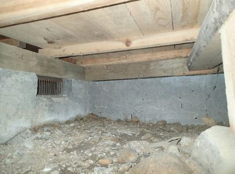構造・工法・仕様 住宅に瑕疵(雨漏り、構造部分の欠陥や腐食など)があった場合には、弊社が引き渡しから2年間保証します。その前提で床下まで確認の上でリフォームし、シロアリの被害調査と防除工事もおこないます。