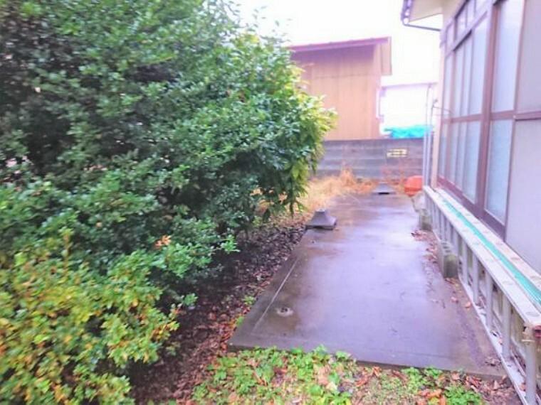外観写真 【リフォーム前】駐車スペースの裏にあるお庭です。洗濯物を干すスペースやウッドデッキを設置するスペースとしても使えそうですね。