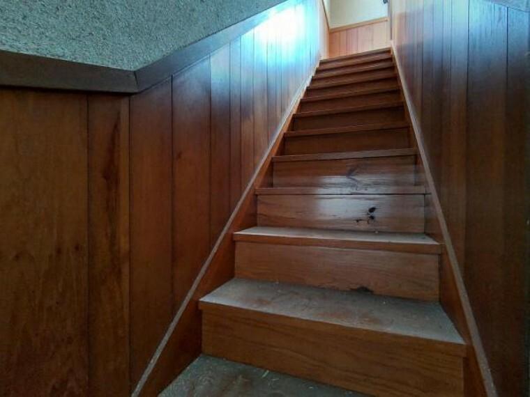 【リフォーム前】階段です。他の室内写真は家財のお片付けが完了し次第、掲載いたします。