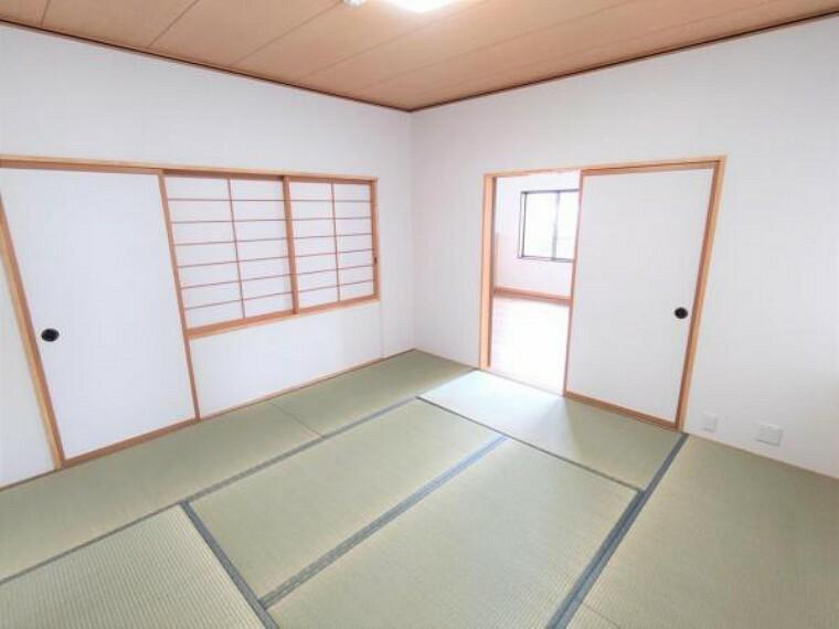 (リフォーム済)1階リビング隣和室です。畳表替え、天井、壁クロス張替、照明交換をおこないました。和室ですがクロス張のお部屋です。