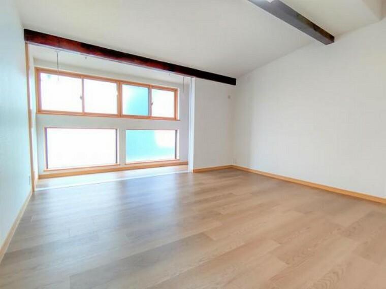 (リフォーム済)2階中央洋室です。床重張、壁、天井クロス張替、照明交換をおこないました。サッシは二重サッシです。物干しもございます。3枚の扉で仕切って使用いたします。