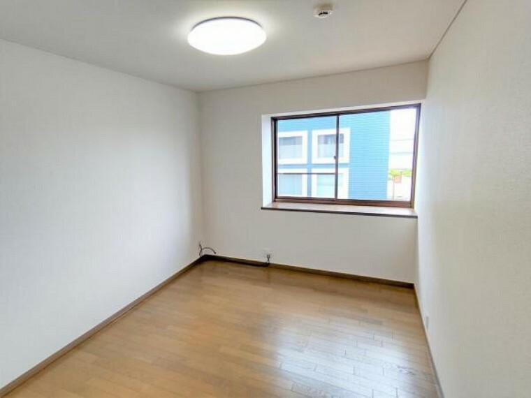 (リフォーム済)2階6帖洋室中央側です。床クリーニング、ワックスがけをおこない、壁、天井はクロス張替をおこないます。照明交換もおこないました。2階トイレに一番近いお部屋です。
