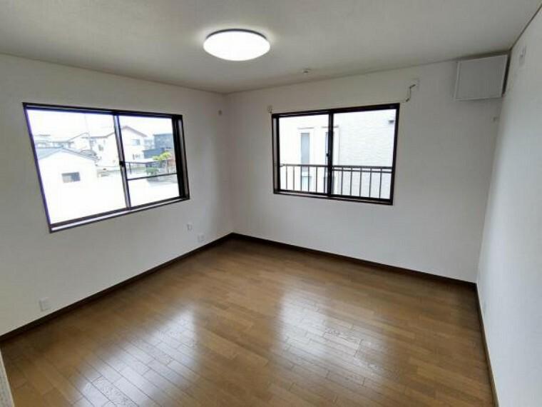 (リフォーム済)2階8帖洋室です。南側と西側に窓がございます。床クリーニング、ワックスがけをおこない、天井、壁クロス張替をおこないました。南側は畑ですので陽当たり良好のお部屋です。