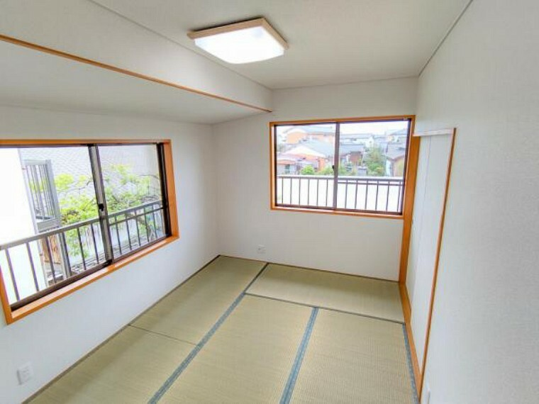 (リフォーム済)2階南側和室です。畳表替え、壁、天井クロス張替をおこないました。南側、東側に窓がございますので陽当たり良好です。ウォークインクローゼットもございます。