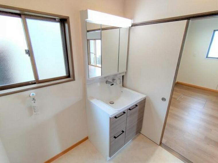 (リフォーム済)洗面化粧台はハウステック製の新品に交換しました。三面鏡の裏側はすべて収納になっています。洗面ボウルは底が平らなので、つけ置き洗いなどの家事でも活躍します。